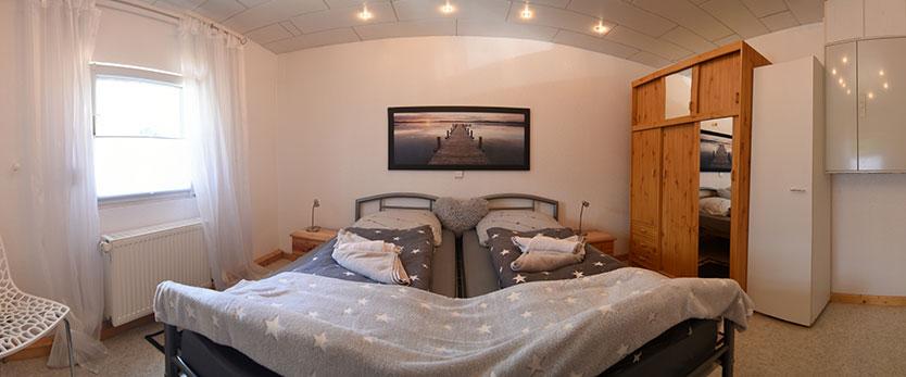 steinhuder-meer-ferienhaus-schlafzimmer-doppelbett-0547-0551